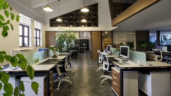--> 办公室装修的环境包括物质环境及精神环境两种,其物质环境是由空间形态和室内的物像所构成,精神环境则是由办公室装修设计的风格、文化品质和美感形式表现。而软装饰所涉及到的室内形态、色彩设计、家具、灯光,正是触及室内物质环境和精神环境的主要方面。  在我国建筑设计所提供的室内功能大多是较为宏观的功能,而作为工作的室内空间,必须明确每一个细微的功能以满足使用者生理和心理的需求。