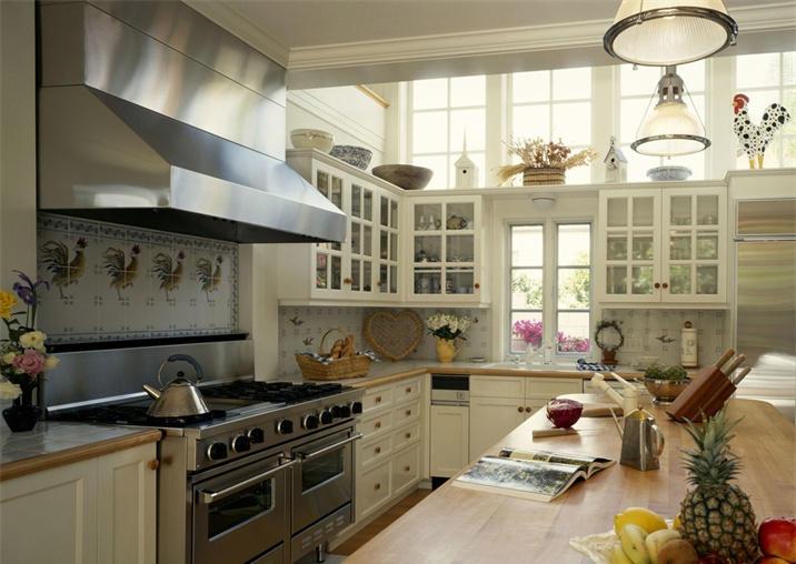 --> 采用田园风格装修的厨房,其吊顶风也会带有浓浓的田园风味。这样的装修风格与厨房的功能也是相当匹配,处于自然与清新的环境中做餐不仅美味天成,且心情也更加舒畅。跟深圳装修网的小编一起去欣赏田园风格厨房装修美图。 田园风格的厨房多是开敞式的,其核心是:回归自然,不精雕细刻。